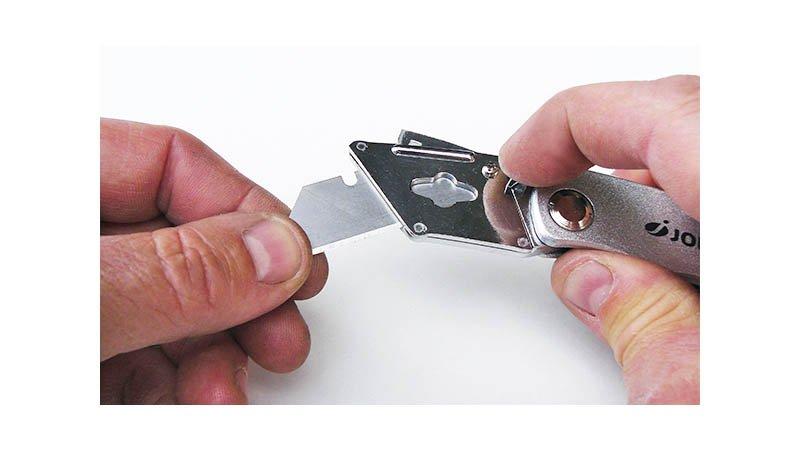 Couteau repliable pour lame trapézoïdale et à crochet (avec 6 lames trapéz) - action2