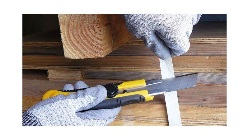 Cutter bimatière 25 mm, 1 lame droite à casser et 1 lame trapézoïdale - action