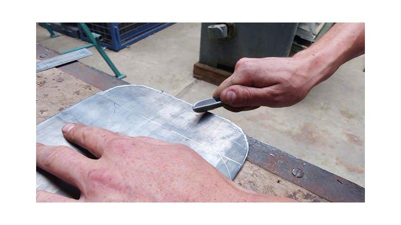 Grattoir à zinc, manche bois - action