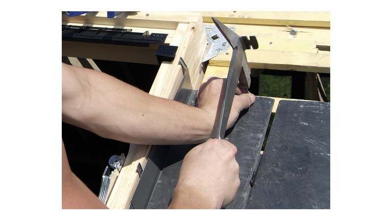 Marteau de couvreur à droite, panne courte, manche cuir - action 2