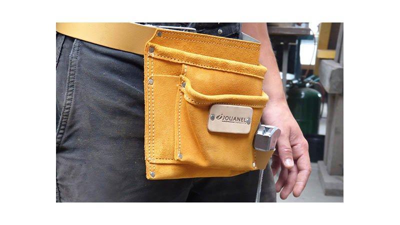 Poche à clous cuir avec ceinture, 2 poches et 3 porte-accessoires - action