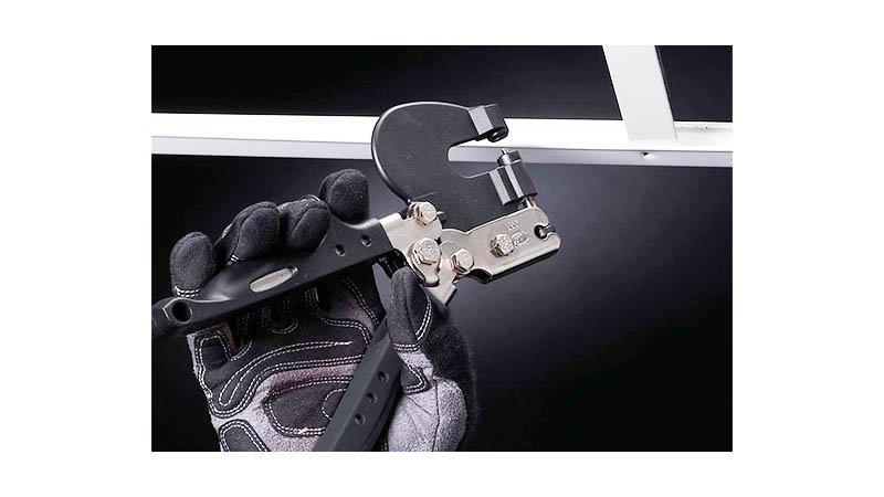Poinçonneuse acier 1mm, matrice fixe Ø3,3mm, poinçon interchangeable - action