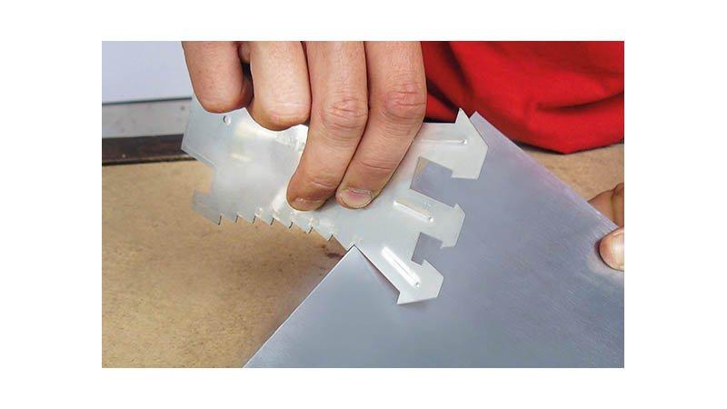 Tracette à zinc en inox, graduation par 5 mm, jauges pour profil joint debout. - action